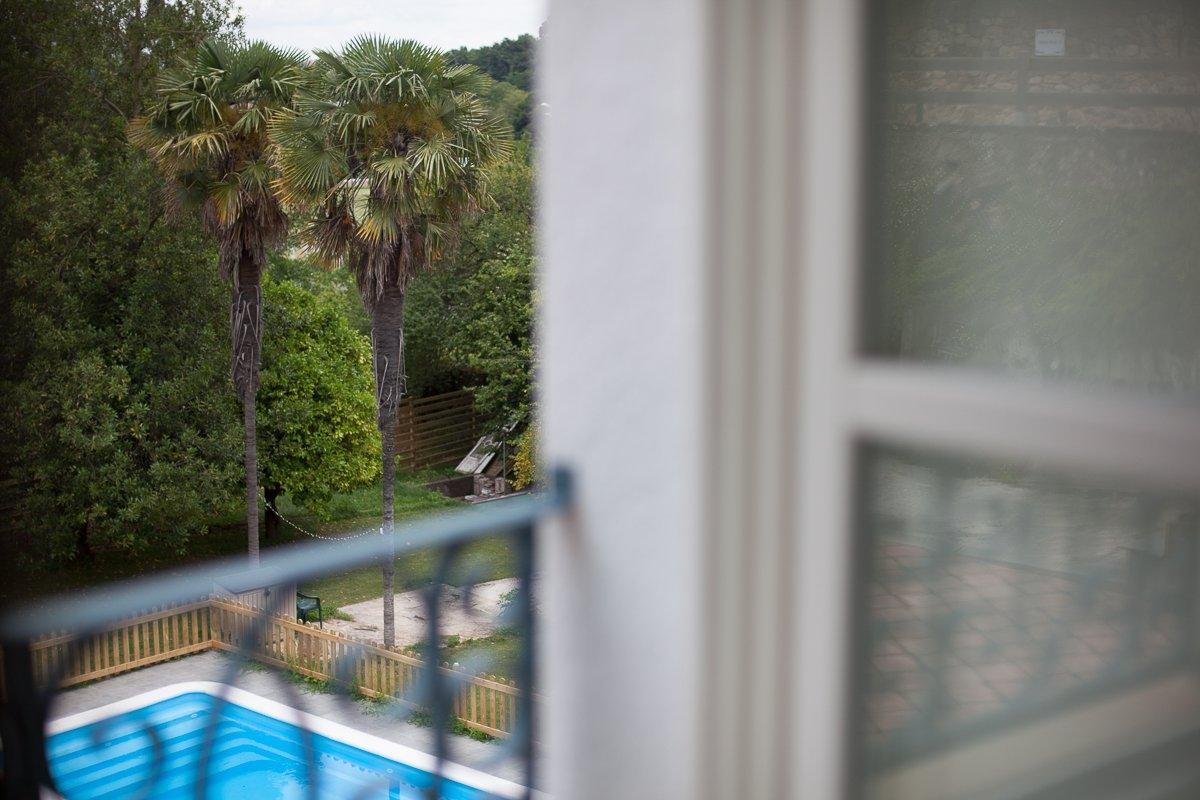 Vistas a la piscina y al fjardín desde el balcón de habitación Palmeras