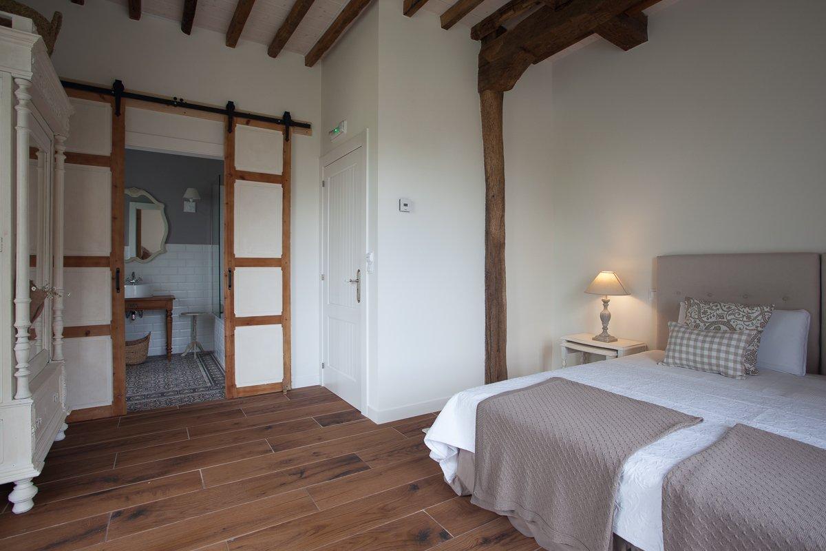 Baño completo y habitación con cama doble king size Palmeras en Posada Seis Leguas