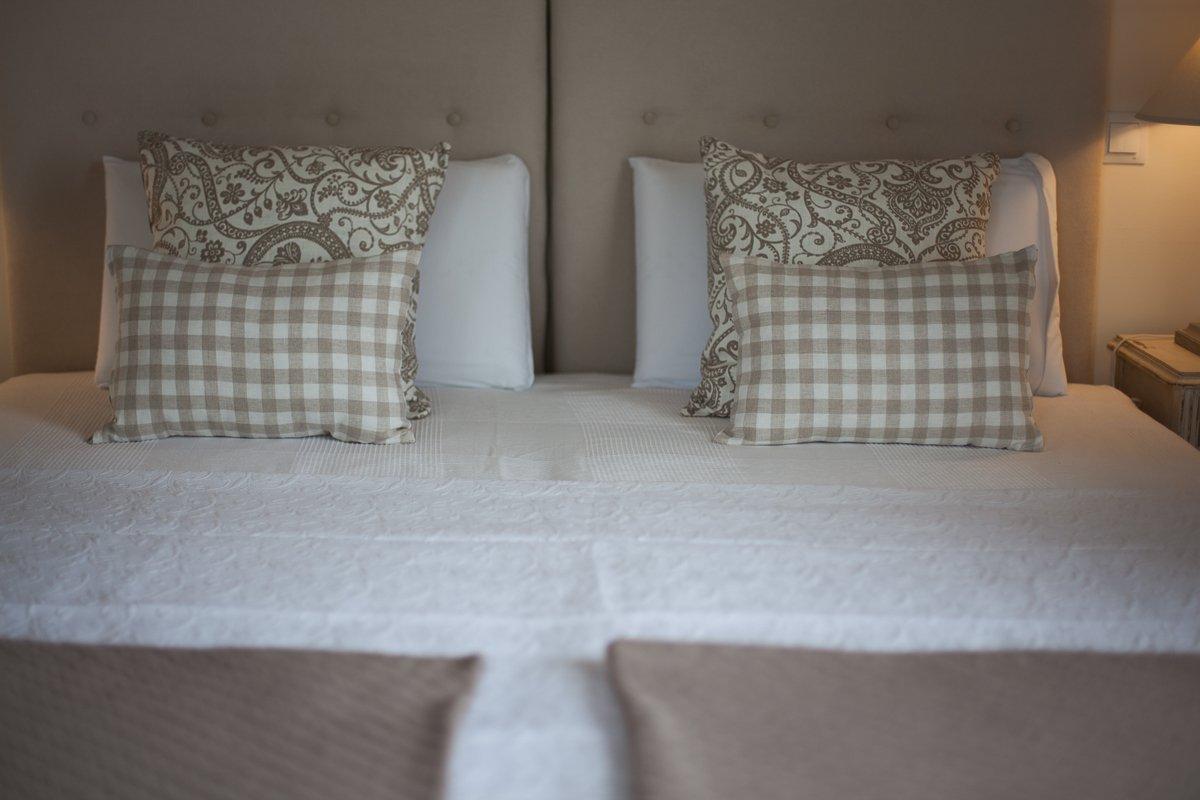 Confortable cama de gran tamaño en la habitación doble Palmeras de la Posada Seis Leguas