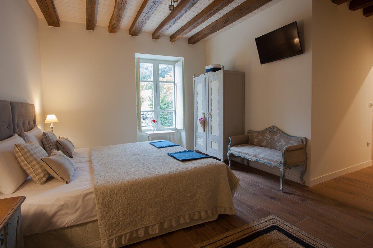 Habitación doble Avellano con TV y un baño espacioso con bañera