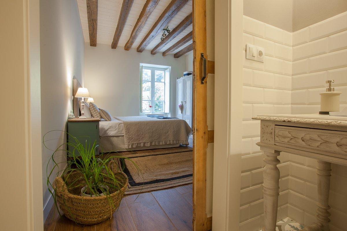 Habitación doble de estilo rústico decorada con encanto y muebles coloniales