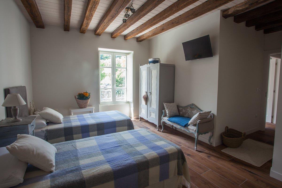 Habitación doble Abeto con dos camas  con vista a la plaza de Riocorvo