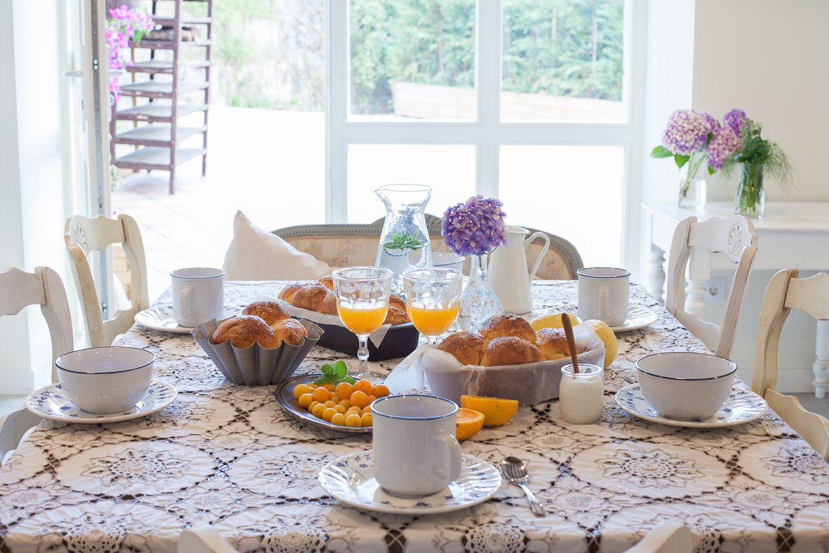 Desayuno casero en el comedor de la posada