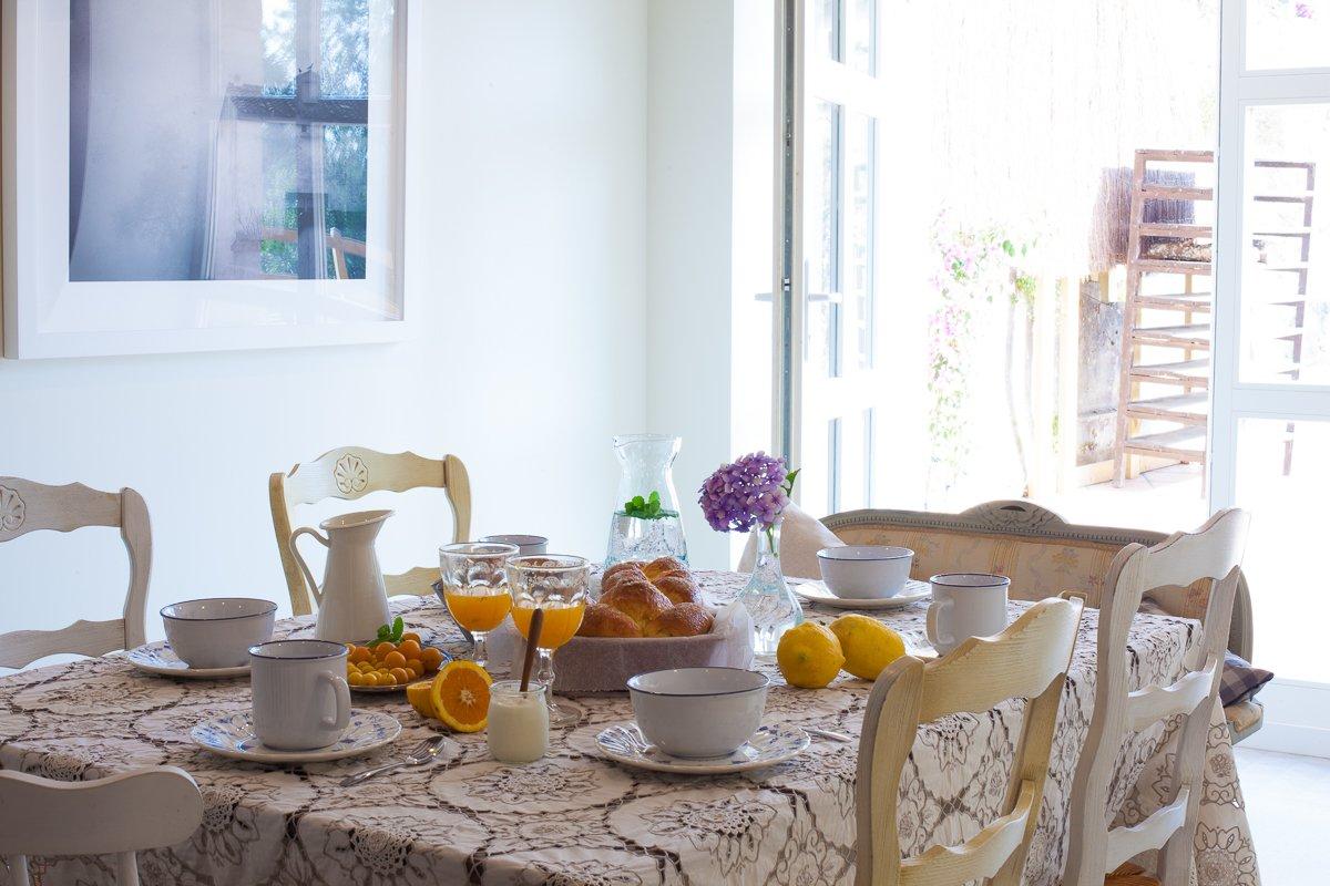 Desayuno a base de productos tradicionales en el comedor de la posda