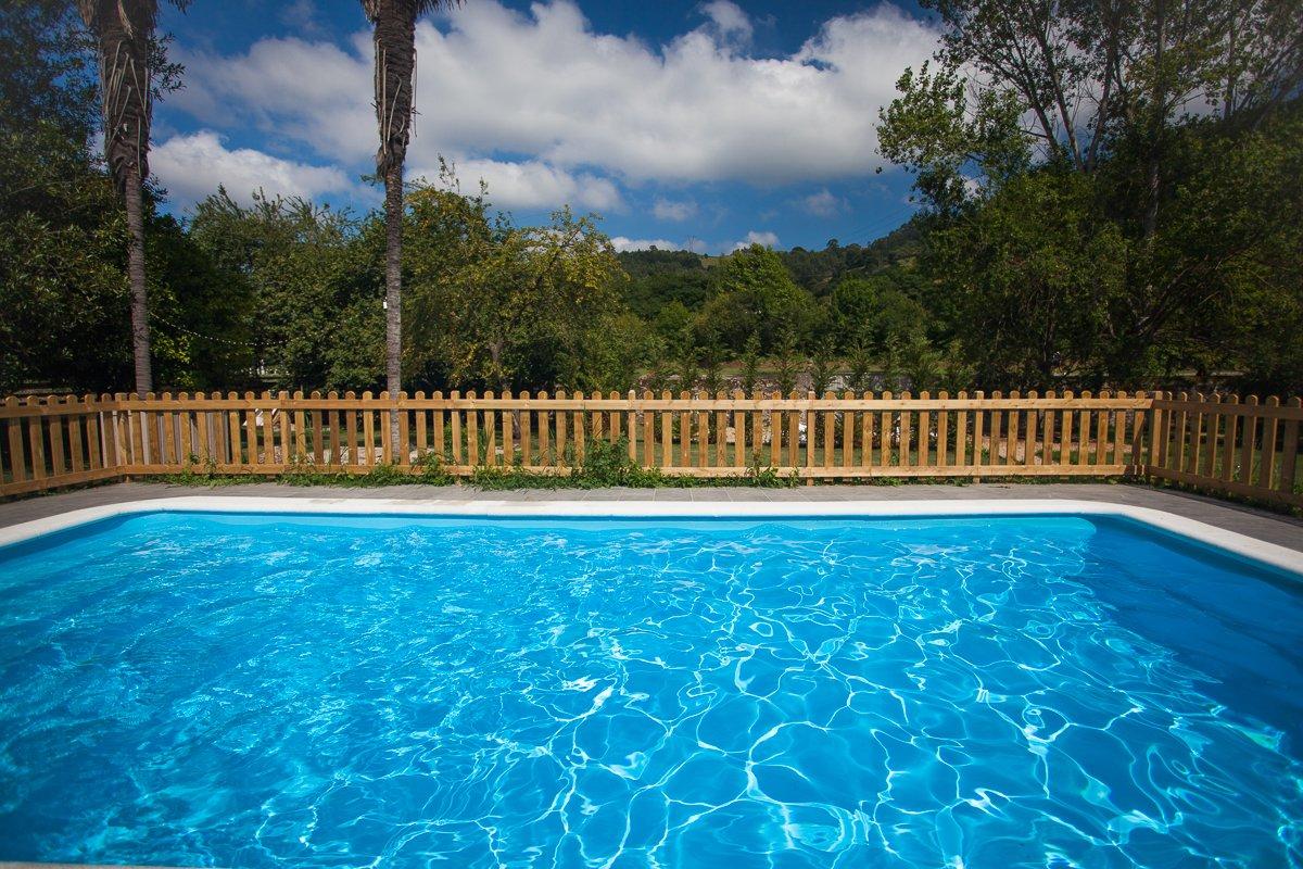 Piscina exterior en hotel rural Posada Seis Leguas