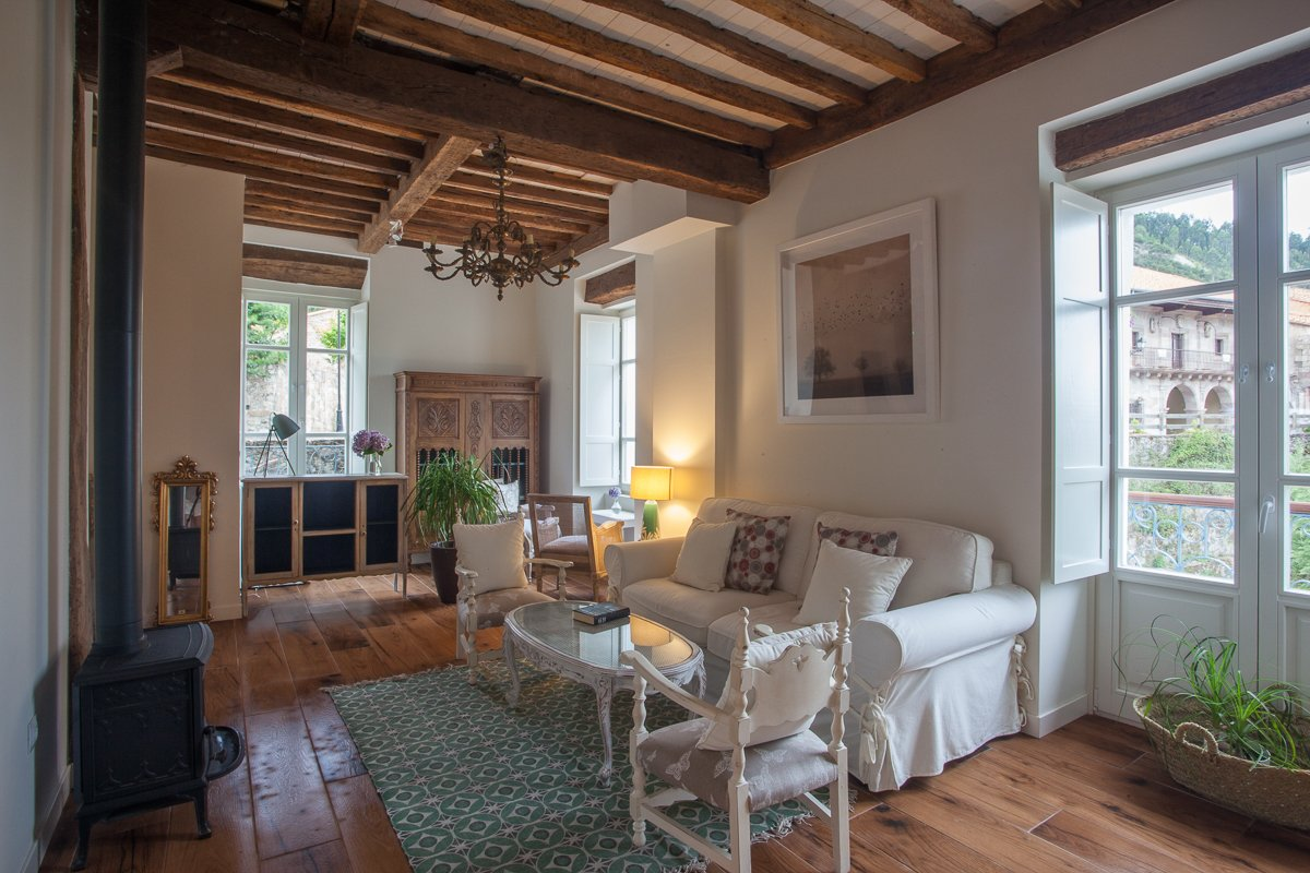 Salón con chimenea de estilo rústico y acogedor