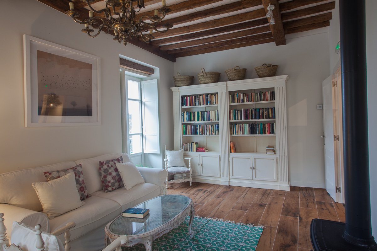 Salón y rincón de lectura con chimenea en posada rural
