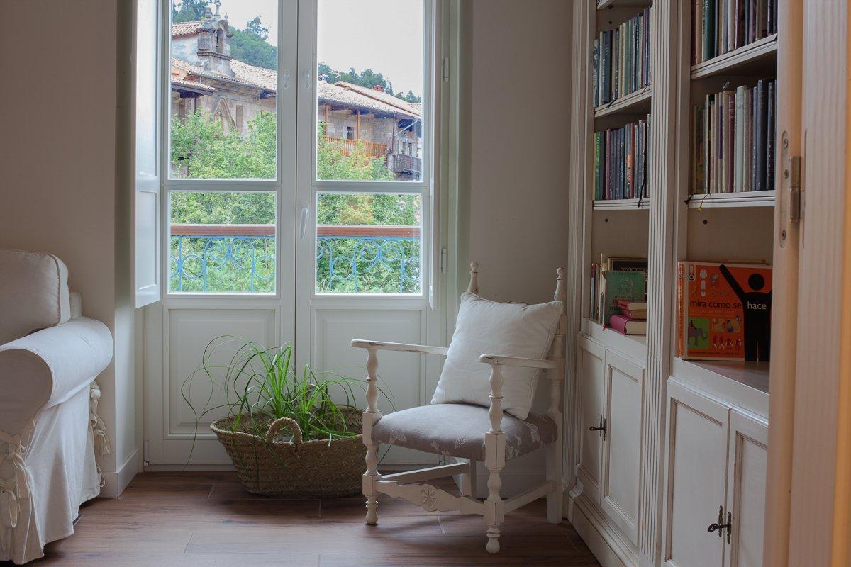 Rincón de lectura con biblioteca en el salón de la Posada