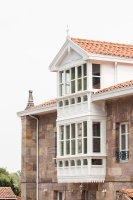 Balconada de estilo colonial en en la fachada de l