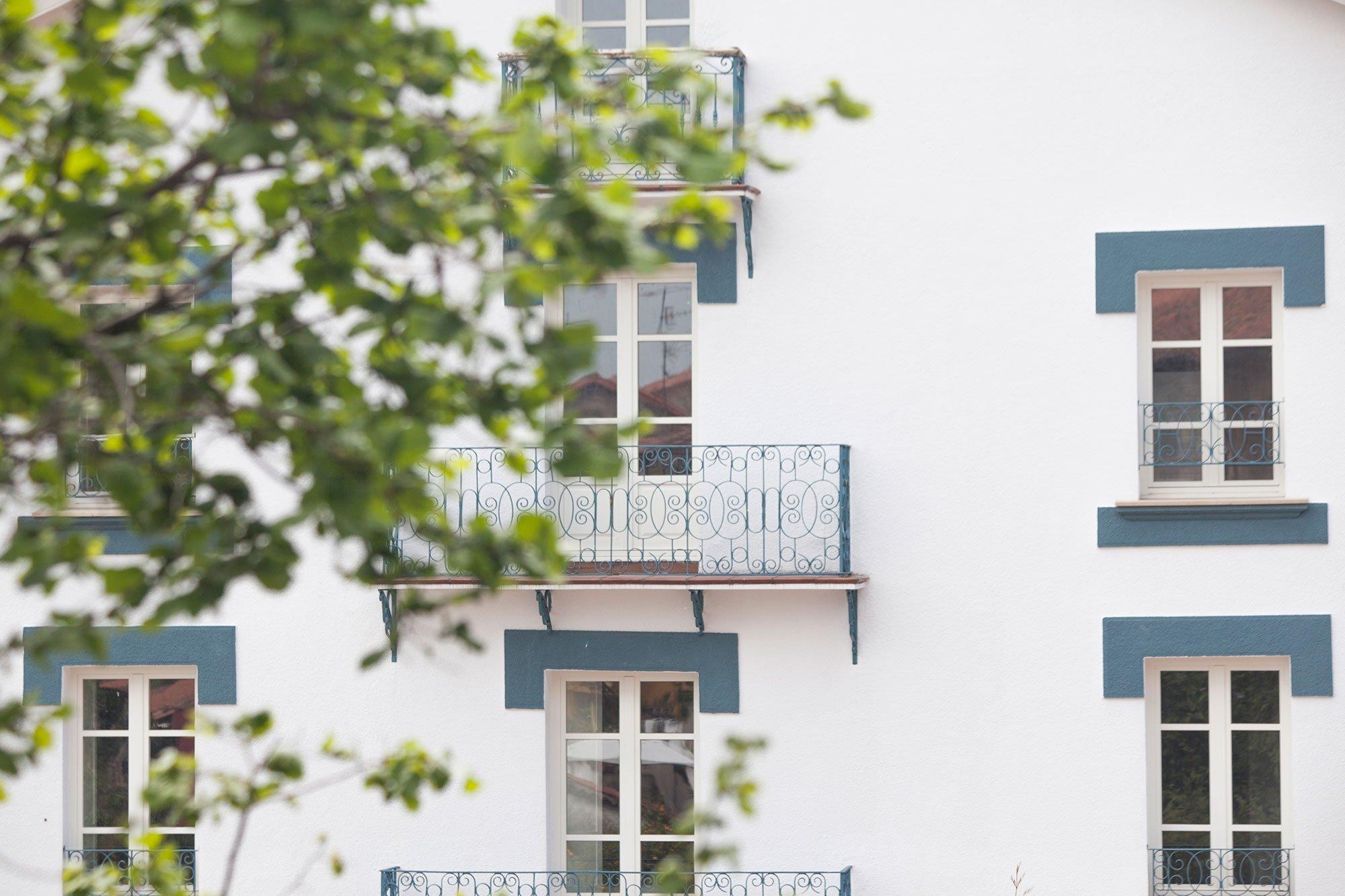 Vistas a la fachada de estilo colonial de Posada Seis Leguas