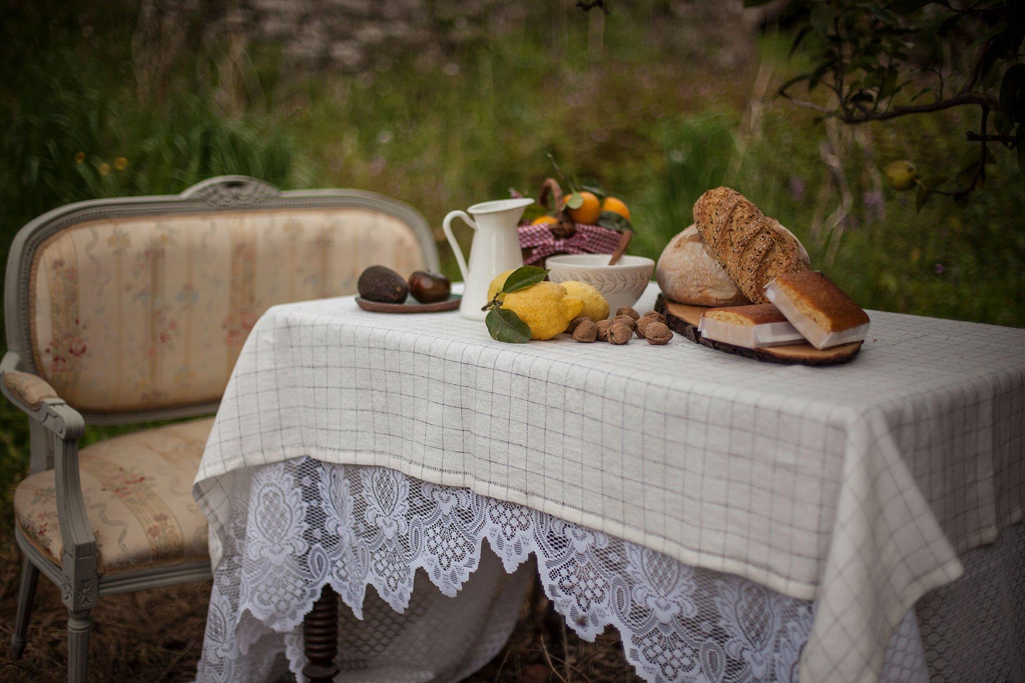 Desayuno saludable en los jardines en Posada Seis Leguas en Cantabria