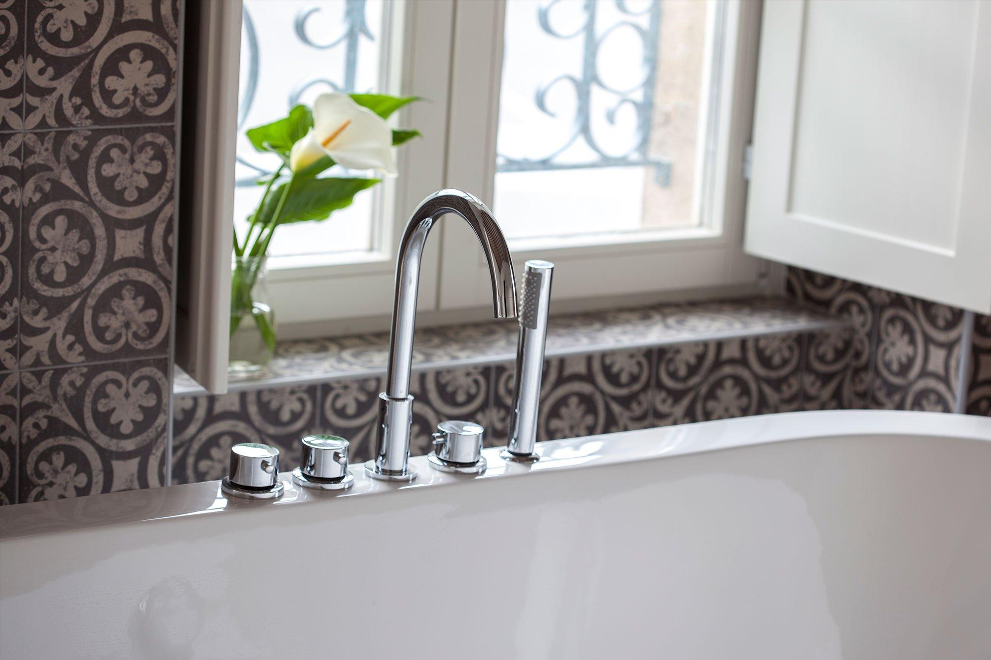 Suite con bañera en la habitación de Posada Seis Leguas en Cantabria
