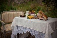 Desayuno saludable en los jardines en Posada Seis